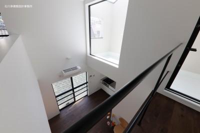 吹抜 見下ろし (谷根千ペンシルハウス  東京の谷根千地区で完成した木造3階建ての住宅)