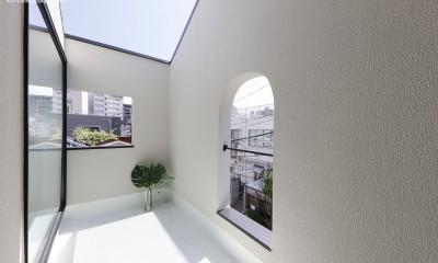 谷根千ペンシルハウス  東京の谷根千地区で完成した木造3階建ての住宅 (バルコニー)