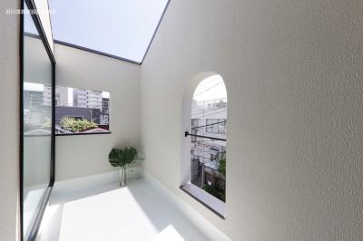 バルコニー (谷根千ペンシルハウス  東京の谷根千地区で完成した木造3階建ての住宅)