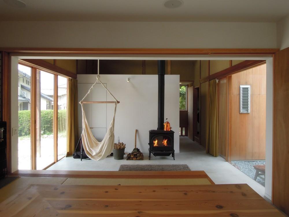 おかやまのいえ ー里山や隣近所との繋がりを住み継ぐ家ー (リビングでもあり、玄関でもある土間)