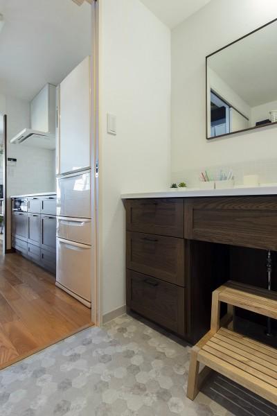 キッチンから移動できる洗面室 (川崎市W様邸 ~妥協しない住まい~)