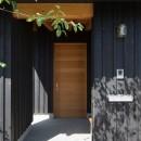 寺津の家/墨色の押縁板壁の家の写真 玄関アプローチ