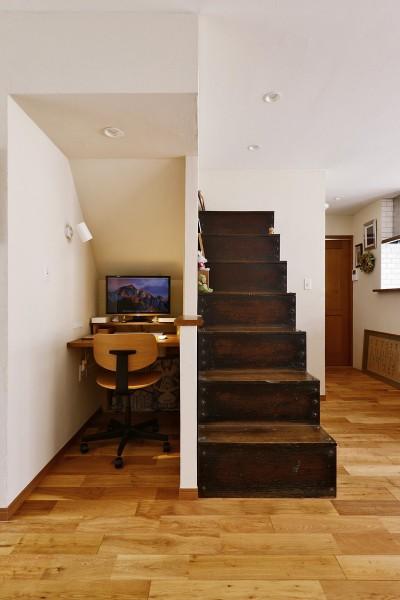 階段箪笥の隣にはワークスペース (横浜市H・F様邸 ~思い出に包まれて~)