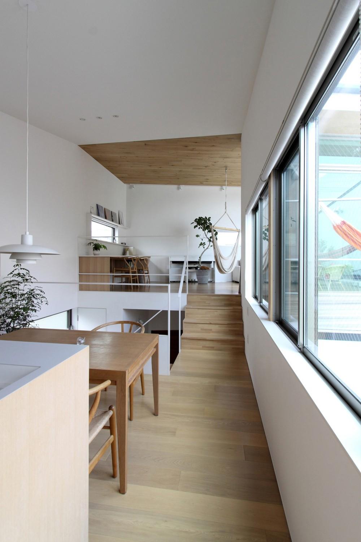 府中の家2~大きなルーフバルコニーのある開放的な家 (レベル差のあるリビングとダイニングキッチン)