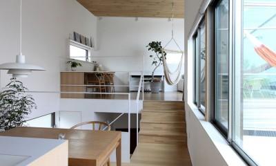レベル差のあるリビングとダイニングキッチン|府中の家2~大きなルーフバルコニーのある開放的な家