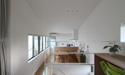 府中の家2~大きなルーフバルコニーのある開放的な家 (階段を挟んだリビングとダイニングキッチン)