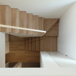 府中の家2~大きなルーフバルコニーのある開放的な家 (階段見下ろし)