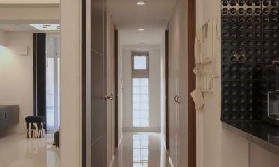 おしゃれで掃除しやすい、大理石のモダンなリビング (廊下)