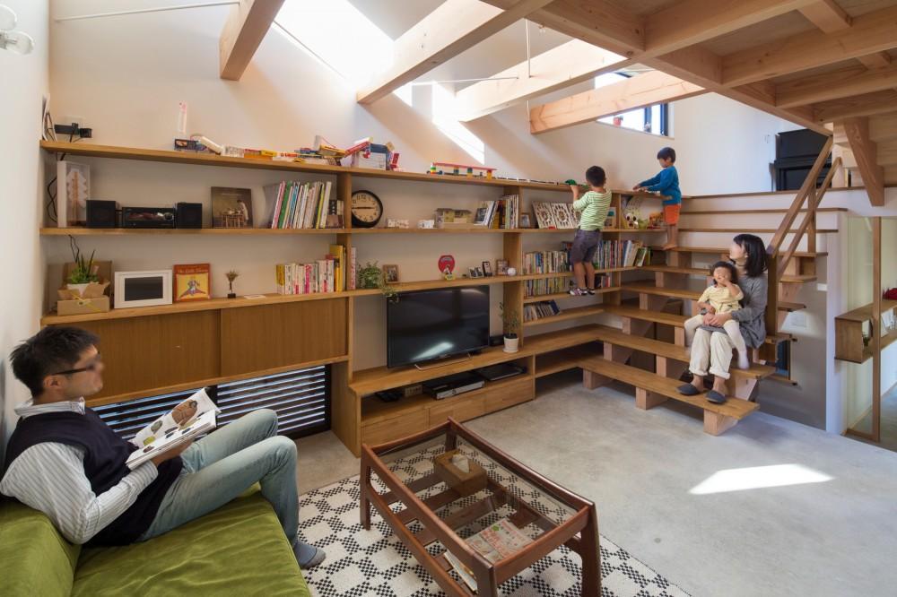 奥野八十八「日吉台の家/大きな屋根の下にスキップフロアで各部屋が繋がる大らかな住まい」