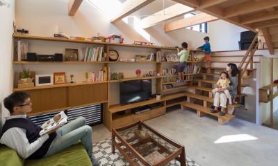 日吉台の家/大きな屋根の下にスキップフロアで各部屋が繋がる大らかな住まい (居間/大きな階段を使って色んな遊びを発明する子どもたち)