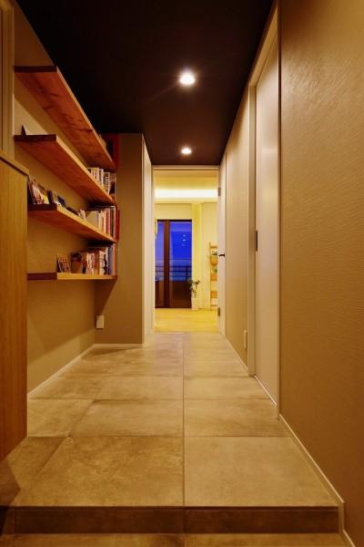 玄関からリビングへつながる廊下 (中古マンションを、北欧テイストのナチュラルな空間に)