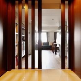 南国のリゾートホテルのような空間を東京の自宅で実現 (玄関ホール)