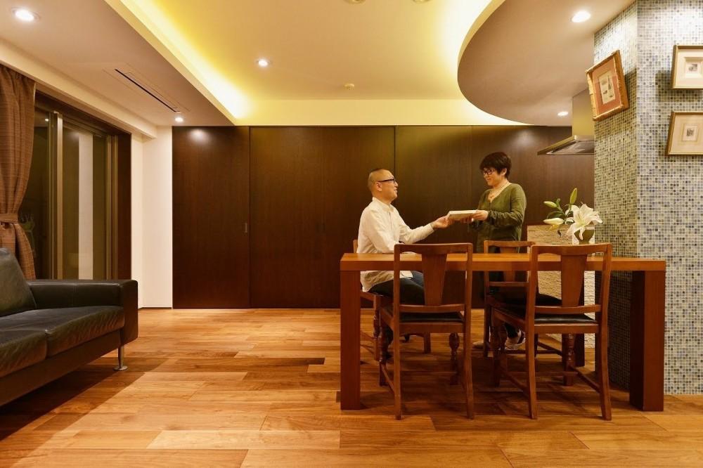 南国のリゾートホテルのような空間を東京の自宅で実現 (リビング)