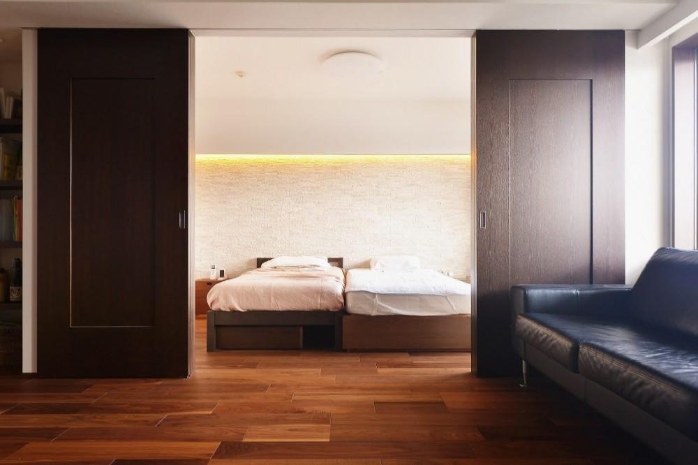 南国のリゾートホテルのような空間を東京の自宅で実現 (寝室)