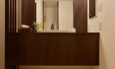 南国のリゾートホテルのような空間を東京の自宅で実現 (洗面台)