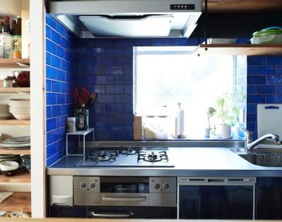 採光が入るキッチンの配置 (広さを感じるワンルーム。友人を招くダイニングキッチンは、オシャレな飲食店風に。)