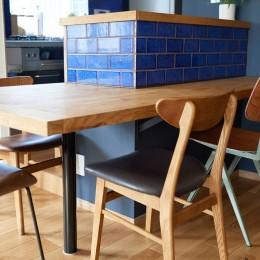 栗材のカウンターテーブル (広さを感じるワンルーム。友人を招くダイニングキッチンは、オシャレな飲食店風に。)