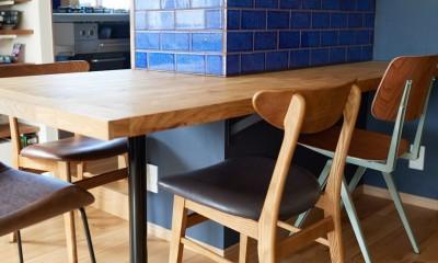 広さを感じるワンルーム。友人を招くダイニングキッチンは、オシャレな飲食店風に。 (栗材のカウンターテーブル)