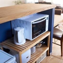 広さを感じるワンルーム。友人を招くダイニングキッチンは、オシャレな飲食店風に。 (カウンターの内側に隠した家電やゴミ箱)