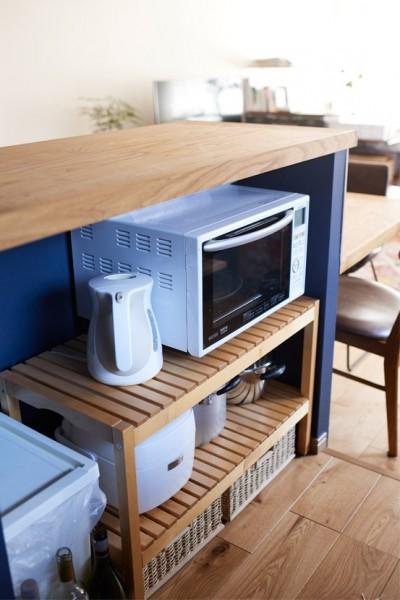カウンターの内側に隠した家電やゴミ箱 (広さを感じるワンルーム。友人を招くダイニングキッチンは、オシャレな飲食店風に。)