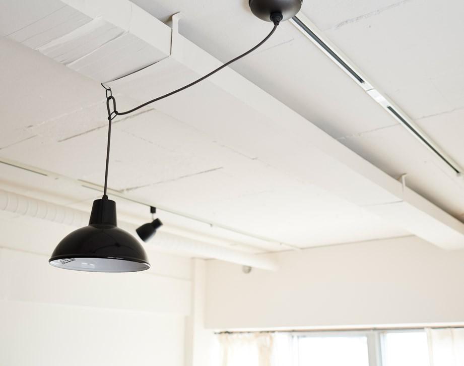 広さを感じるワンルーム。友人を招くダイニングキッチンは、オシャレな飲食店風に。 (躯体現しで塗装されていた天井)