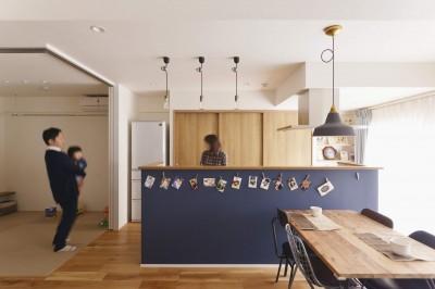 キッチン (アイランドキッチンを中心に、親子でくつろげる空間)