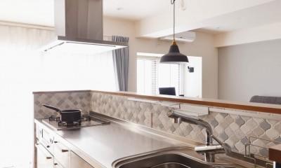 アイランドキッチンを中心に、親子でくつろげる空間 (キッチン)
