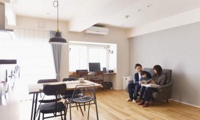 アイランドキッチンを中心に、親子でくつろげる空間 (リビング)