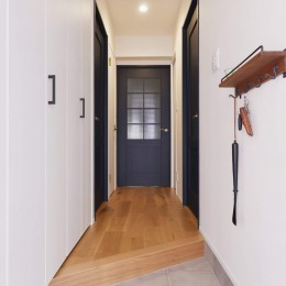 アイランドキッチンを中心に、親子でくつろげる空間 (玄関ホール)