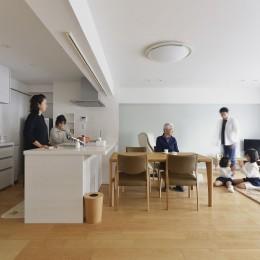 老後を見据え、家族で集える安心・快適な家にフルリノベーション (リビング)