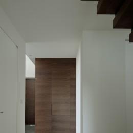 三鷹の家~緑を望む大開口の家 (壁と同化したシューズクロークの入口)