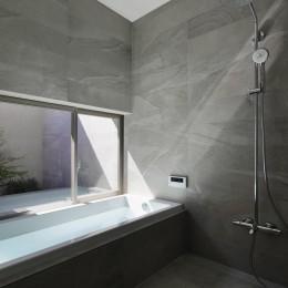 三鷹の家~緑を望む大開口の家 (浴室)