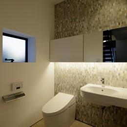 三鷹の家~緑を望む大開口の家 (1階のトイレ)