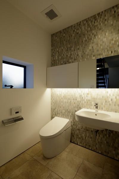 1階のトイレ (三鷹の家~緑を望む大開口の家)