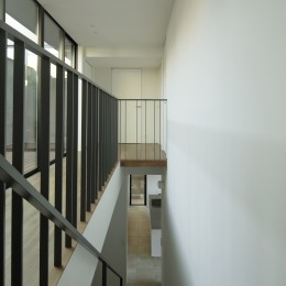 三鷹の家~緑を望む大開口の家 (階段の見下ろし)