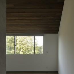 三鷹の家~緑を望む大開口の家 (勾配天井の寝室)