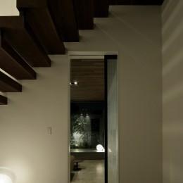三鷹の家~緑を望む大開口の家 (エントランスホールから望むリビング)