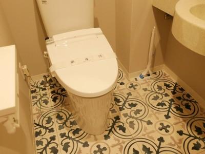 既存の手洗い器はそのままでも雰囲気はがらりと変わります (キッチン動線がスマートな家)