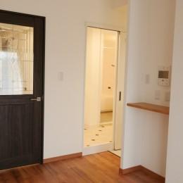 キッチン動線がスマートな家 (リビングへのドアと洗面所へ通じるドアと)
