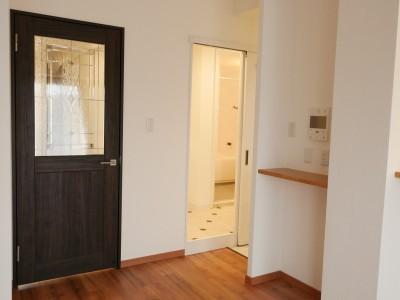 リビングへのドアと洗面所へ通じるドアと (キッチン動線がスマートな家)