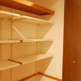 キッチン動線がスマートな家 (収納内も棚を設け、使いやすくしています)