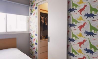 グレー×ネイビーを大胆に取り入れたニューヨークスタイルの家 (ベッドルーム)