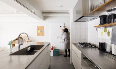 K邸-子どもの成長に合わせてカスタマイズできる「通り」がある家 (キッチン)