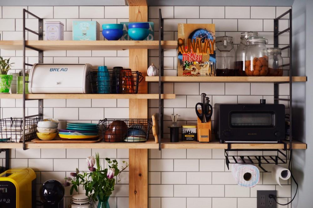 「見せる収納」で、ハワイのホテルのような空間にリノベーション (キッチン収納)