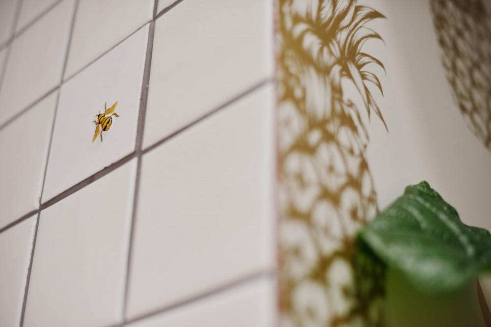 「見せる収納」で、ハワイのホテルのような空間にリノベーション (キッチンタイル)