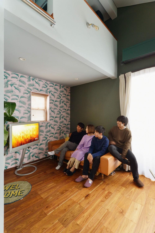 「見せる収納」で、ハワイのホテルのような空間にリノベーション (リビング)