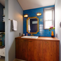 「見せる収納」で、ハワイのホテルのような空間にリノベーション (洗面所)