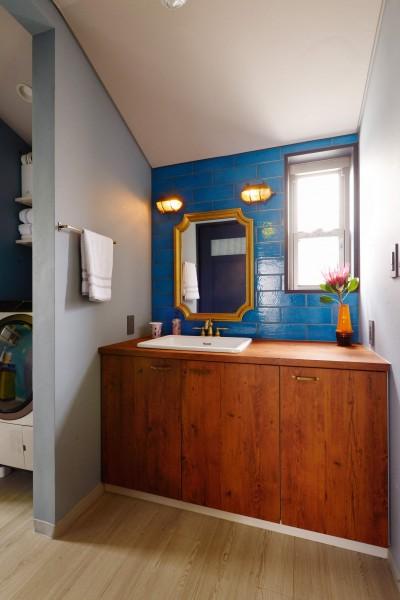 洗面所 (「見せる収納」で、ハワイのホテルのような空間にリノベーション)