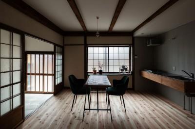 ダイニング・キッチンと玄関土間 (昭和小路の長屋II|賃貸向け京町家のシンプルリノベーション【京都市】)