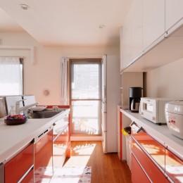 家族4人から夫婦2人の生活へ リノベーションで豊富な収納を実現 (キッチン)